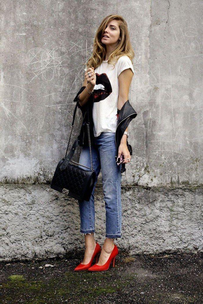 calça jeans, camiseta animada branca e scarpin vermelho