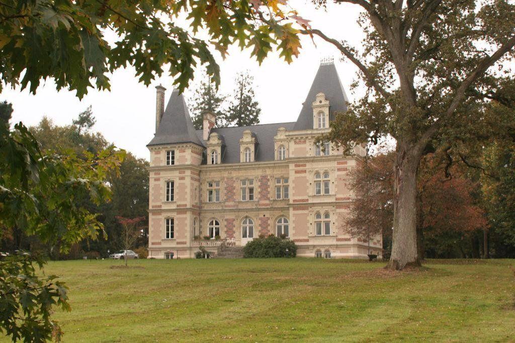Tres Beau Chateau A Vendre En Anjou Md2268254 Castle For Sale In Angers Pays De La Loire France An Global Real Estate Castle Industrial Real Estate