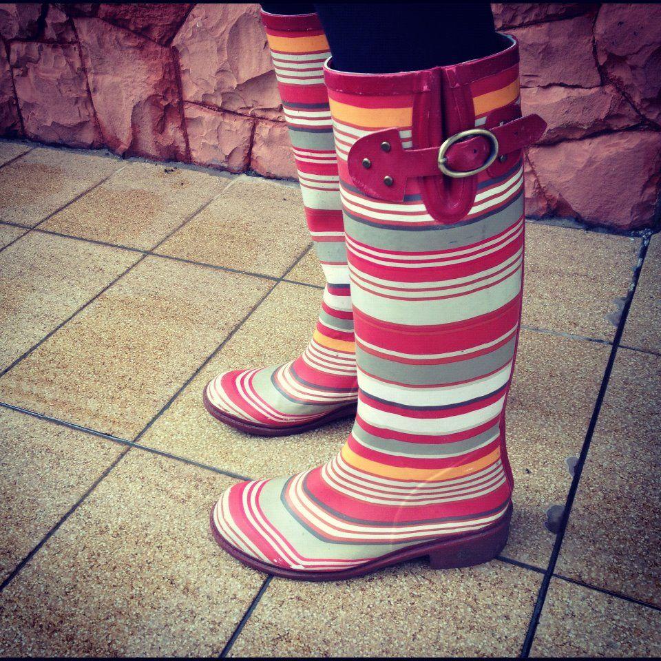 Semana chuvosa é hora de tirar as galochas do armário!! Galocha de hoje: Listrada! #rainboot