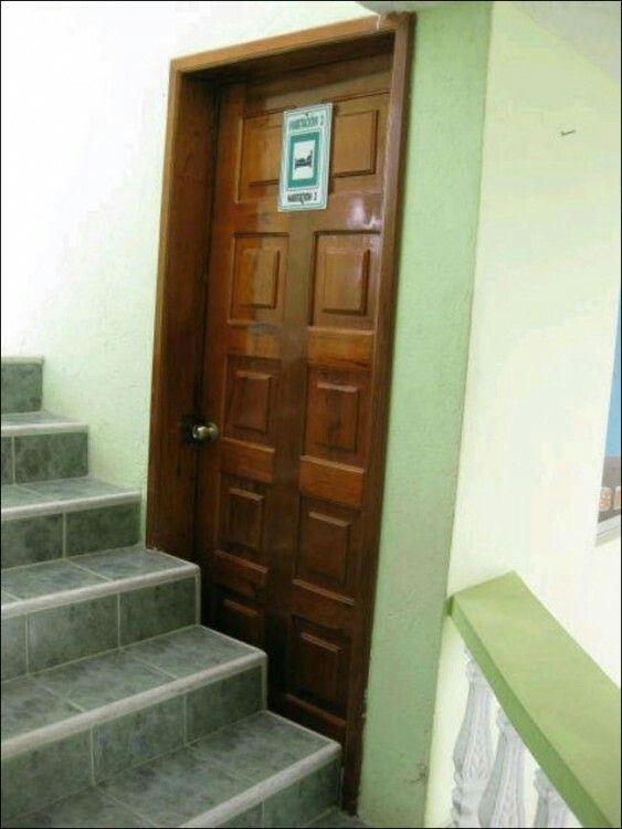 Bueno en caso de emergencia estan más escaleras luego luego.