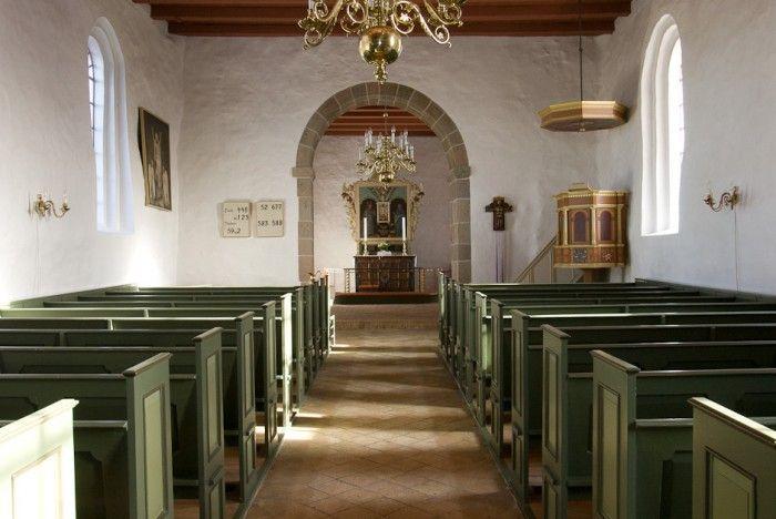 """Bjergby kirke: Skib · Af biskop Brorsons visitatsbog fra 1741-60 fremgår følgende:  """"Sognepræsten hr. Jes Almstrup Vogelius prædikede mådeligt, dog opbyggeligt efter det mådelige pund, som ham er betroet. Hans gemyt var bedre end hans gaver. Hans levned var der intet at sige om uden rosværdigt."""""""