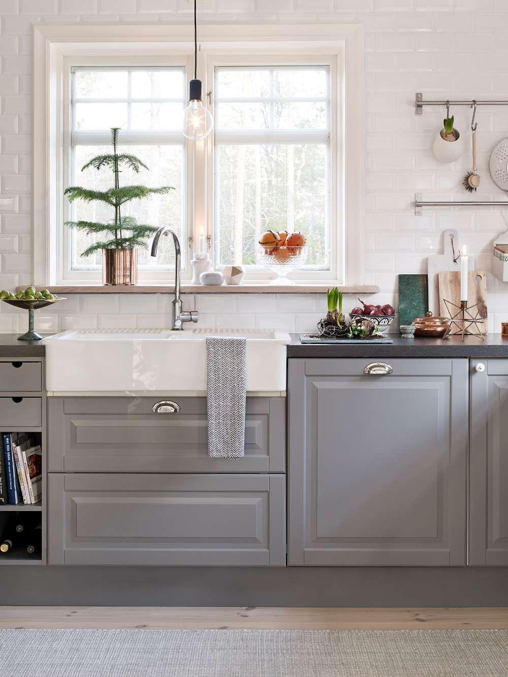OMBONAD JUL I SKÄRGÅRDSHUSET: Köket har luckor i mjukt grått som ...