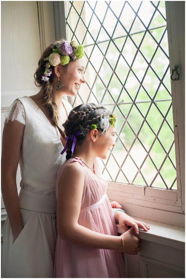 ideas for real flowers in wedding hair | Image by Elena Joland Photography