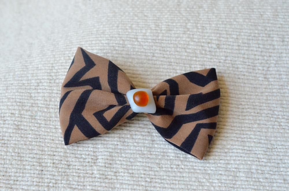 Brooch pin. Fabric bow with fused glass.