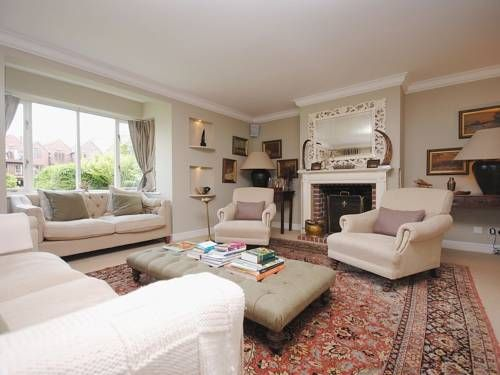Riverside House Arundel Riverside House is a holiday home situated in Arundel, 400 metres from Arundel Castle. The property features views of the city and is 7 km from Fontwell Park Racecourse.