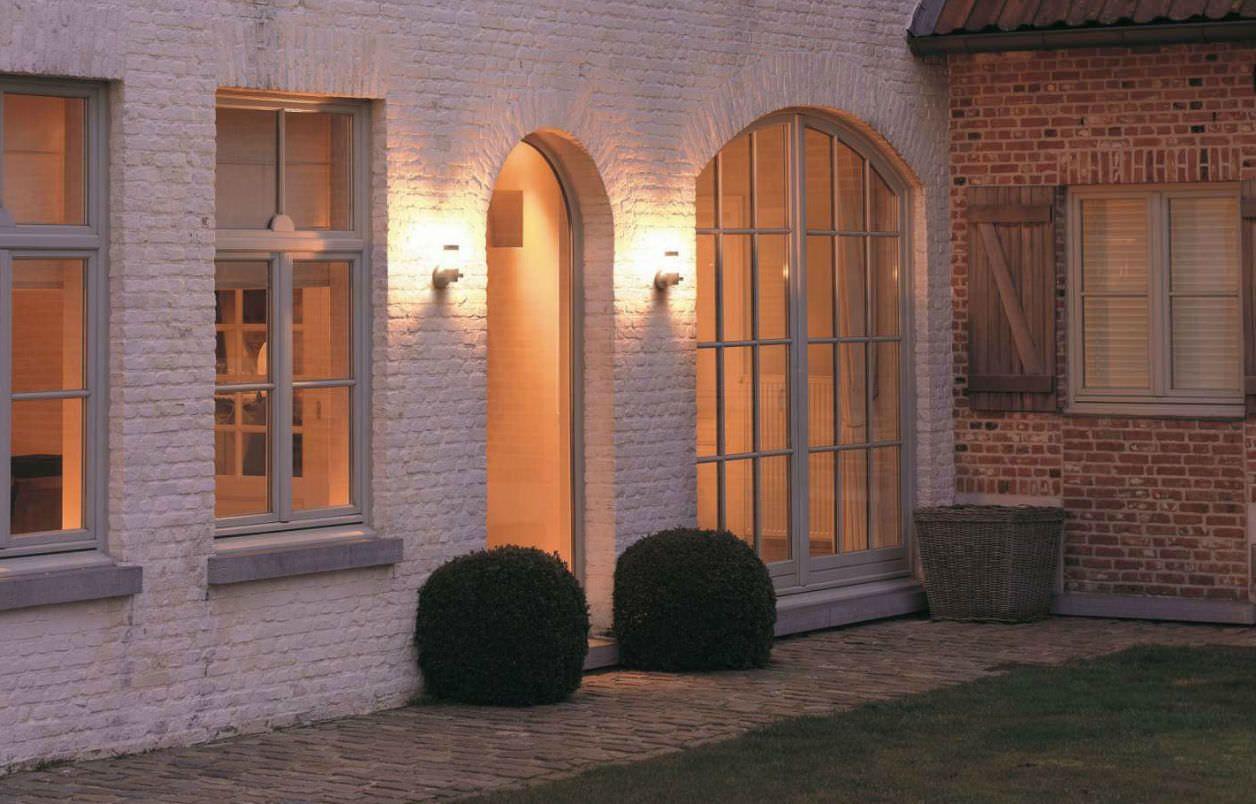 Dei faretti con lampade led a luce calda che illuminano l 39 ingresso di una casa illuminazione - Illuminazione ingresso casa ...