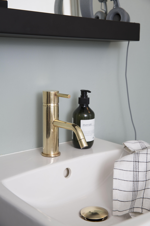 Flott blandebatteri Evm 071 og bunnventil i messing fra Tapwell, myker opp et grafisk uttrykk på badet. Styling: Silje Aune Eriksen. Foto: Anne Bråtveit.