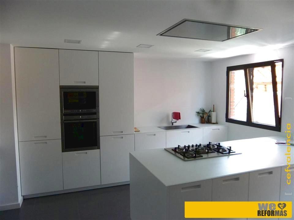 Vista general de gran cocina aprox 30 m2 realizada en reforma integral de piso en valencia - Reformas cocina valencia ...