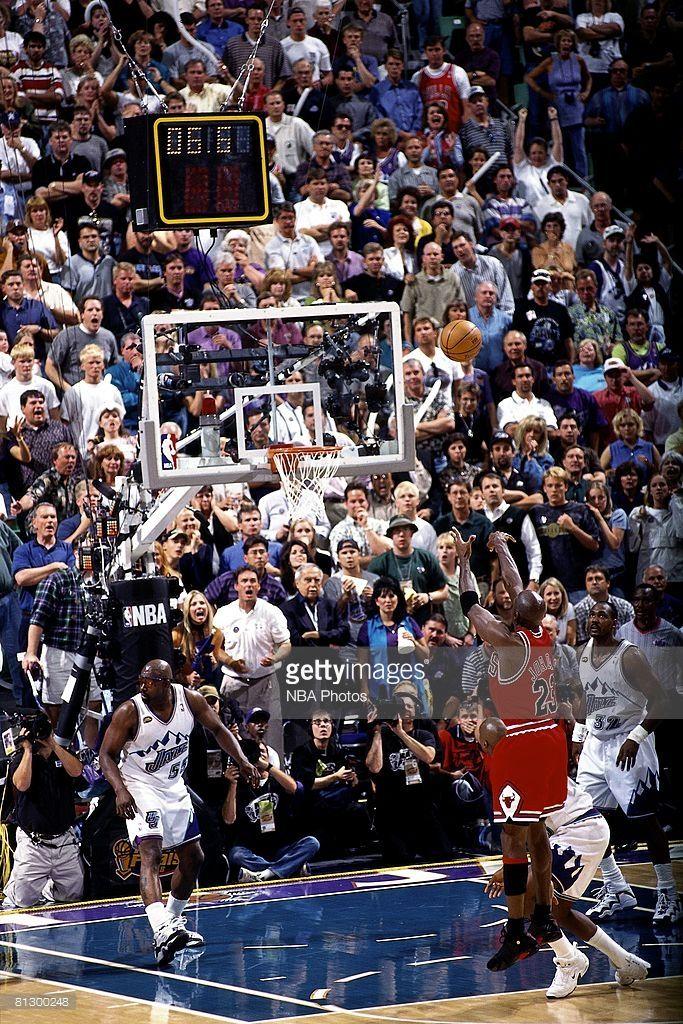 Fotografia de notícias : Michael Jordan of the Chicago Bulls shoots ...