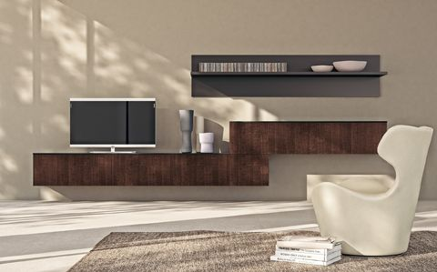 LiberaMente by #Scavolini. An asymmetric #living area composition with overlapping suspended elements (Tobacco Oak Versus veneered doors, glossy lacquered Iron Grey shelf and back panel). #Livingroom