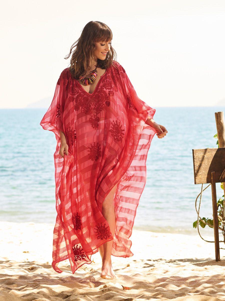 Kaftan, colar e pé na areia: look pronto para o verão.