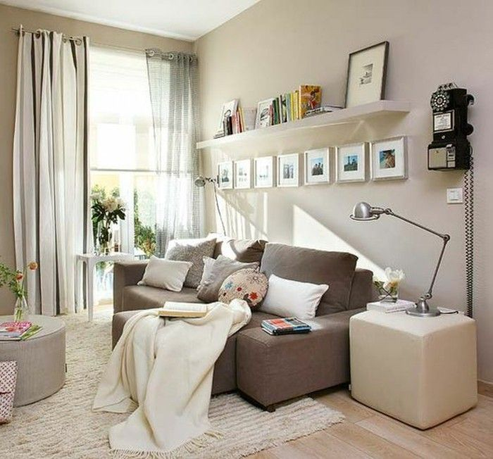 Mobili soggiorno nella tonalità di colore chiaro, decorazioni e ...