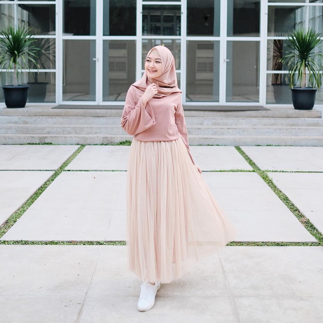 Mungkin Gambar Berisi Oranggambar Mungkin Berisi 1 Orang Model Pakaian Hijab Gaya Berpakaian Gaya Model Pakaian