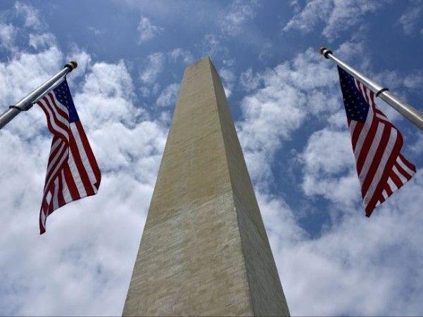 O Monumento a Washington, símbolo da capital norte-americana, reabriu nesta segunda-feira (12 de maio) depois de ficar fechado por quase três anos para reparar os danos causados por um terremoto, ocorrido em agosto de 2011. A estrutura de 170 metros de altura, feita com mármore e granito, é o maior obelisco do mundo e foi erguida como um memorial a George Washington, o primeiro presidente dos Estados Unidos.  (© Abacapress)