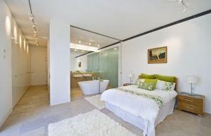 Freistehende Badewanne im Schlafzimmer – Keine klare Trennung von ...