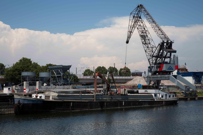 Altes Frachtschiff im Verbindungskanal in Mannheim
