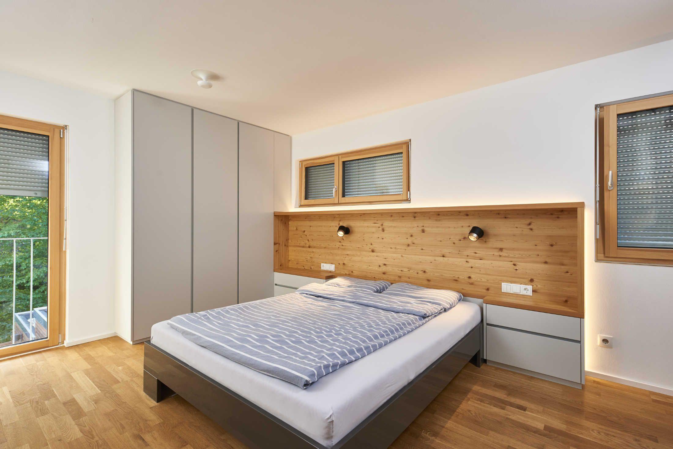 In diesem Schlafzimmer wurde Berglärche mit supermattem