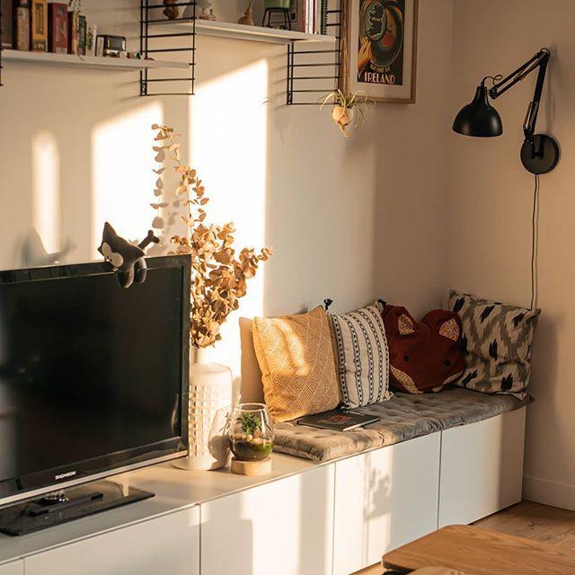 La lumière du soir dans la maison ☀️ . Et ce petit coin lecture dont je ne me lasse pas. D'ailleurs, il y a un album de Hellboy qui traîne sur la banquette. Vous l'aviez vu ? . #homesweethome #dendeowhome #interiordesign #homedecor #happy #home #interior #scandinavianhome #Livingroom #LivingroomInspo #LivingroomDecor #Scandinave #Scandinavian #DecoScandinave  #NordicHome #MyNordicRoom #HyggeHome #CozyHome #Decoration #MaisonNeuve #MaDecoAMoi #PassionDeco #InteriorDesigner #Interior #InteriorDesi