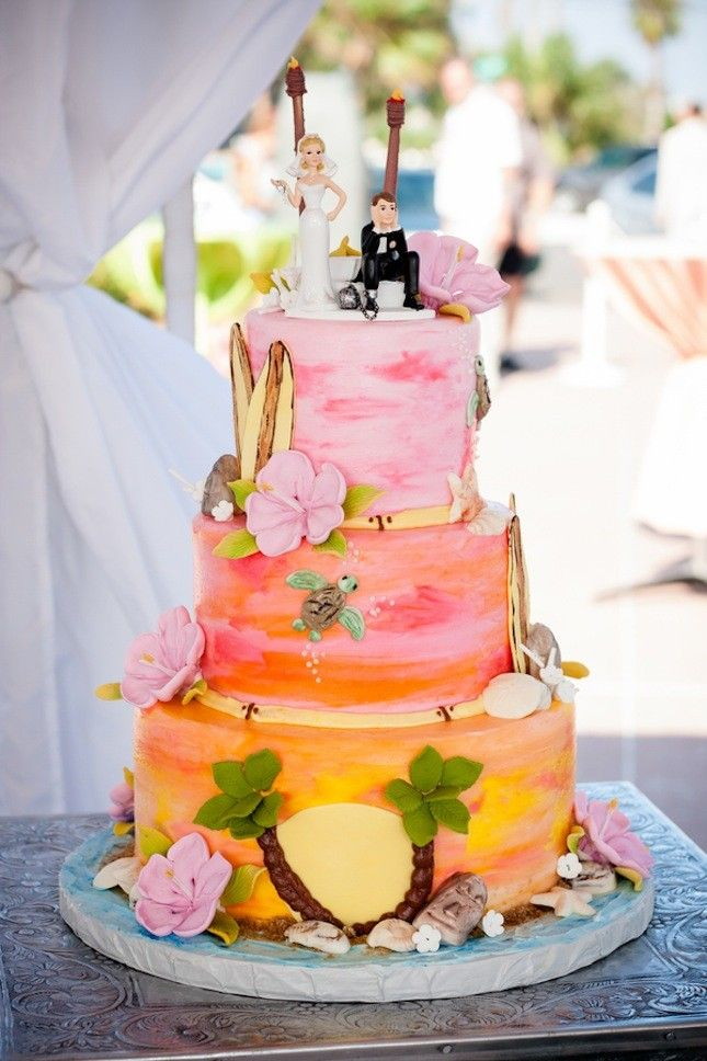 Create A Beach Scene For Your Wedding Cake With This Tropical Themed Idea