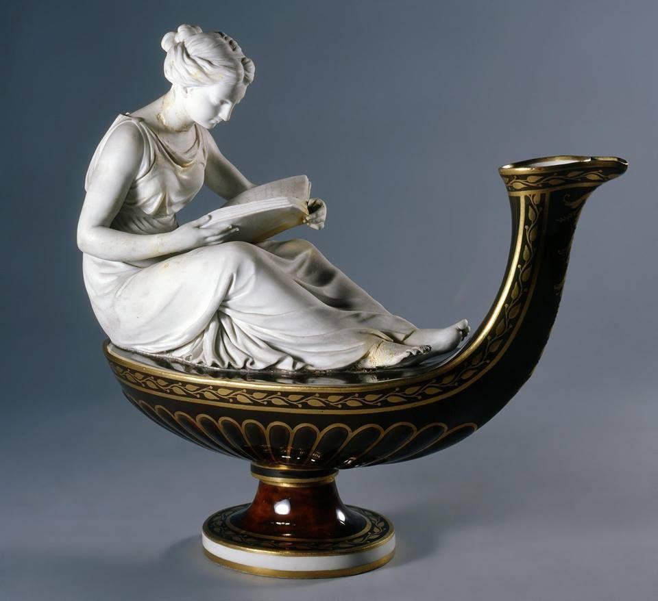 Lampara decorativa: Mujer leyendo, c. 1793-1800. Porcelana de Sèvres vidriada y pintada, 27.9 cm de altura (Museo del Hermitage - San Petersburgo, Rusia).