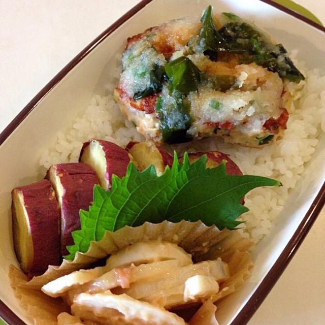 鶏ひき肉に叩いてくだいたれんこんを混ぜて焼いておろしとわかめ、ポン酢で。梅れんこんも添えたので、れんこんづくし。いや、サツマイモのふかしたのが美味しくて、ごはんはうすーく盛りました。秋。 - 14件のもぐもぐ - れんこんたたきバーグのお弁当 by kumi1193