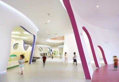 כתמי צבע נועזים משתלבים עם צורניות אבסטרקטית. Photos by Ruijing photo, courtesy of SAKO architects