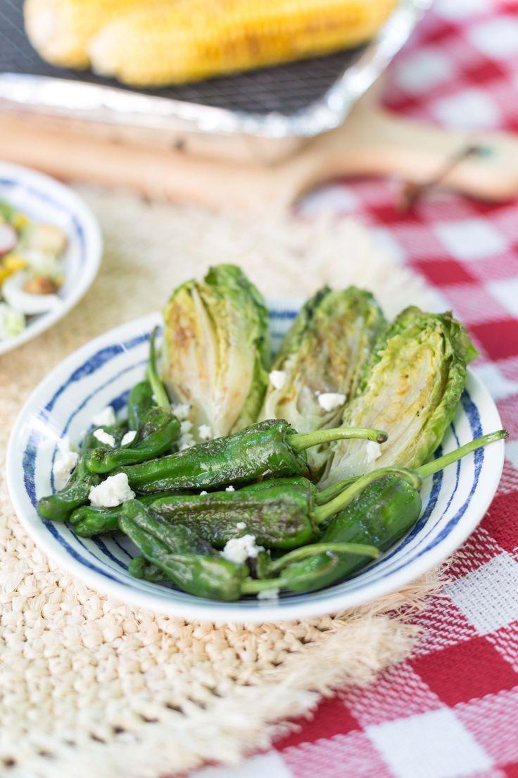 avocado-brotsalat und gegrillter römersalat - vegetarische