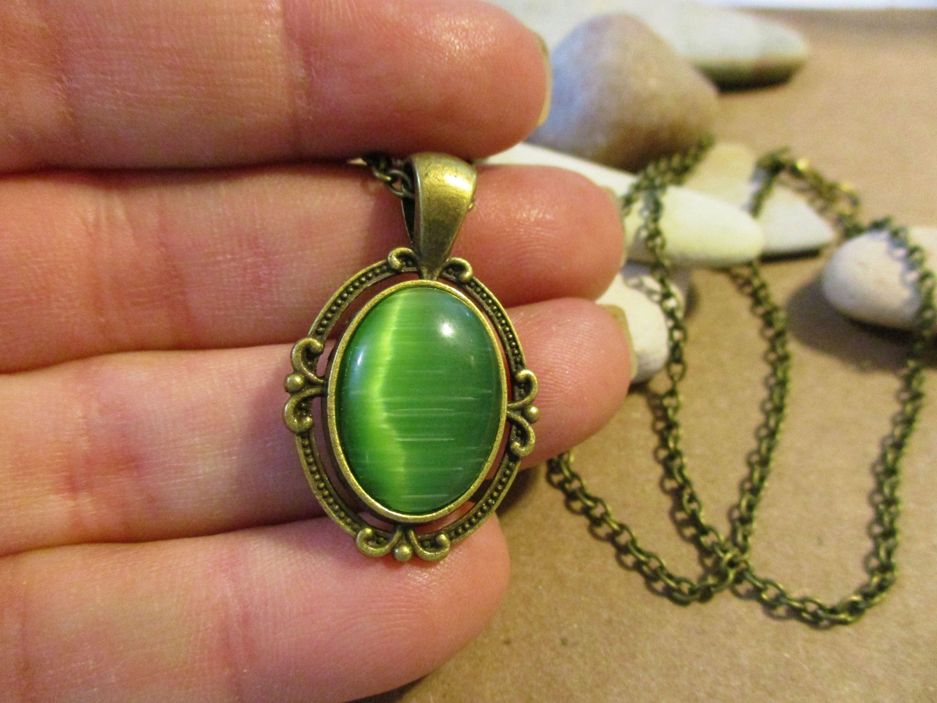 Necklace green leaf glass bronze pearl of loose stones.