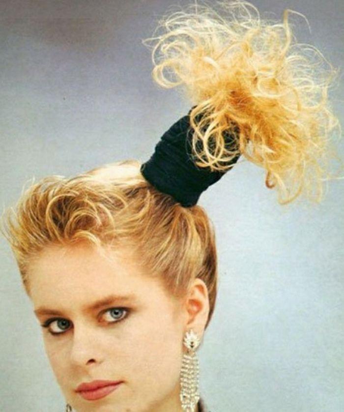Eine Frau Mit Seitenschwanz Schwarzes Haarband Schwarzes Schwitzband Riesige Goldene Ohrringe 80er Frisuren Haarband Frisur 80er Kleidung