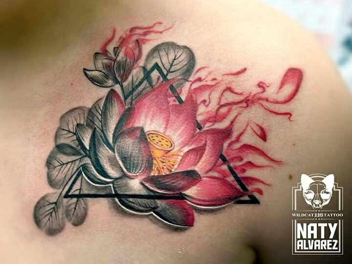 Artista @natyalvareztattoo Citas: 511 12 94  whatsapp 301 558 11 00 #flowers #flowerstattoo #lotus #lotustattoo #lotusflower #loto #flordelototattoo #lototattoos #geometrictattoo #blackandgreytattoo #realistictattoo #leaves #colortattoo #ink #inked #tattoo #tatuajes #tattoos #tattedup #tattooed  #tattooist #watercolortattoos #tattooing  #tat #tatuajesmedellin #sullen #tatuadora #tattoogirls #cutetattoo @mundoskink @cheyenne_tattooequipment #tattoopia
