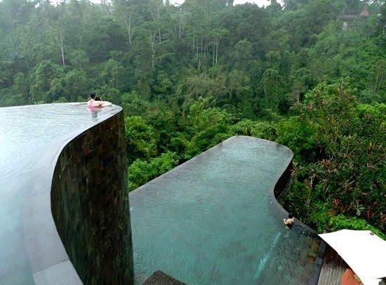 Wat een zwembad is dit zeg! Multi-level infinity pool at the Ubud Hanging Gardens Hotel in Bali