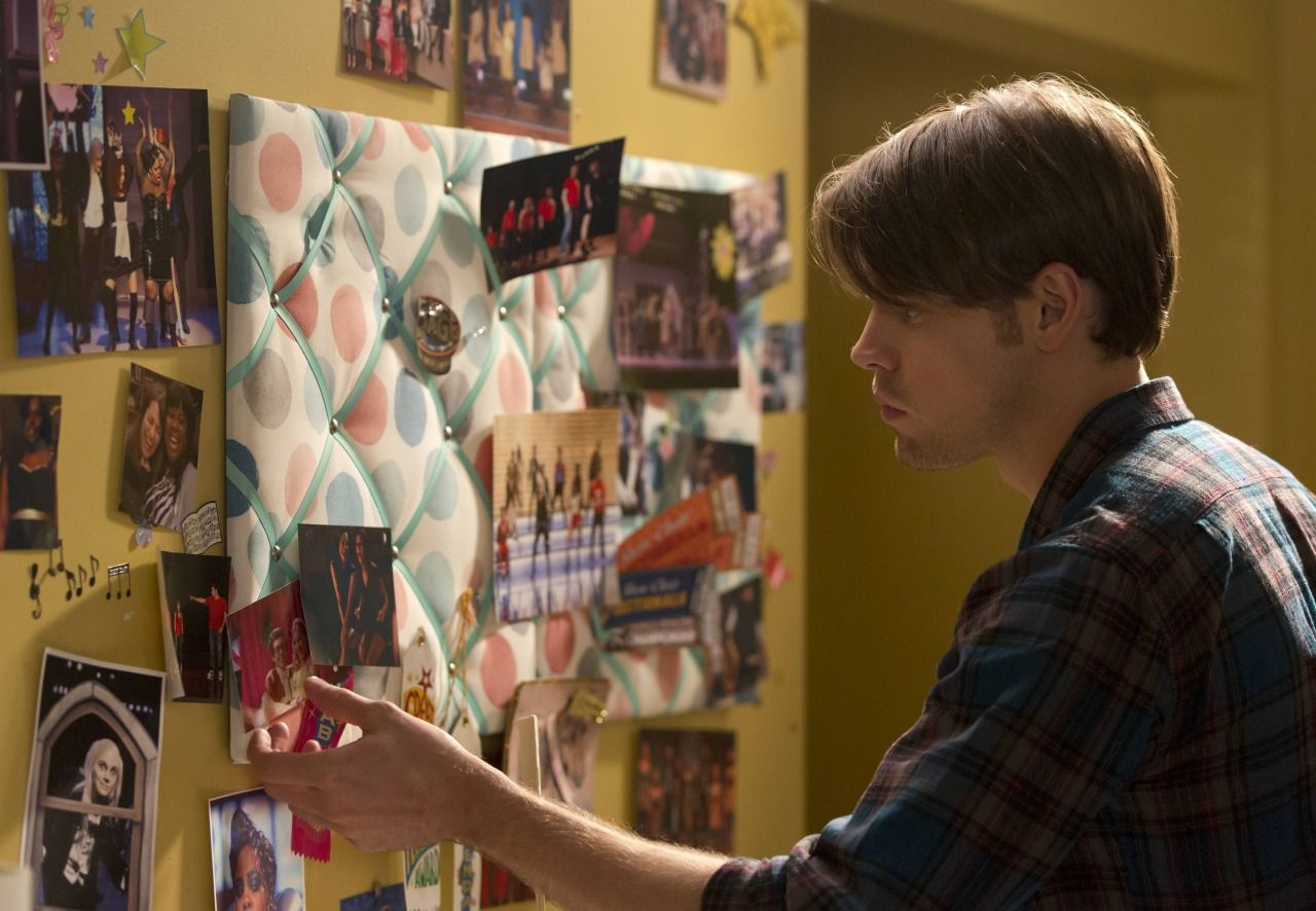 "Sam helps Rachel pack her old bedroom in the ""The Hurt Locker, Part Two"" episode"