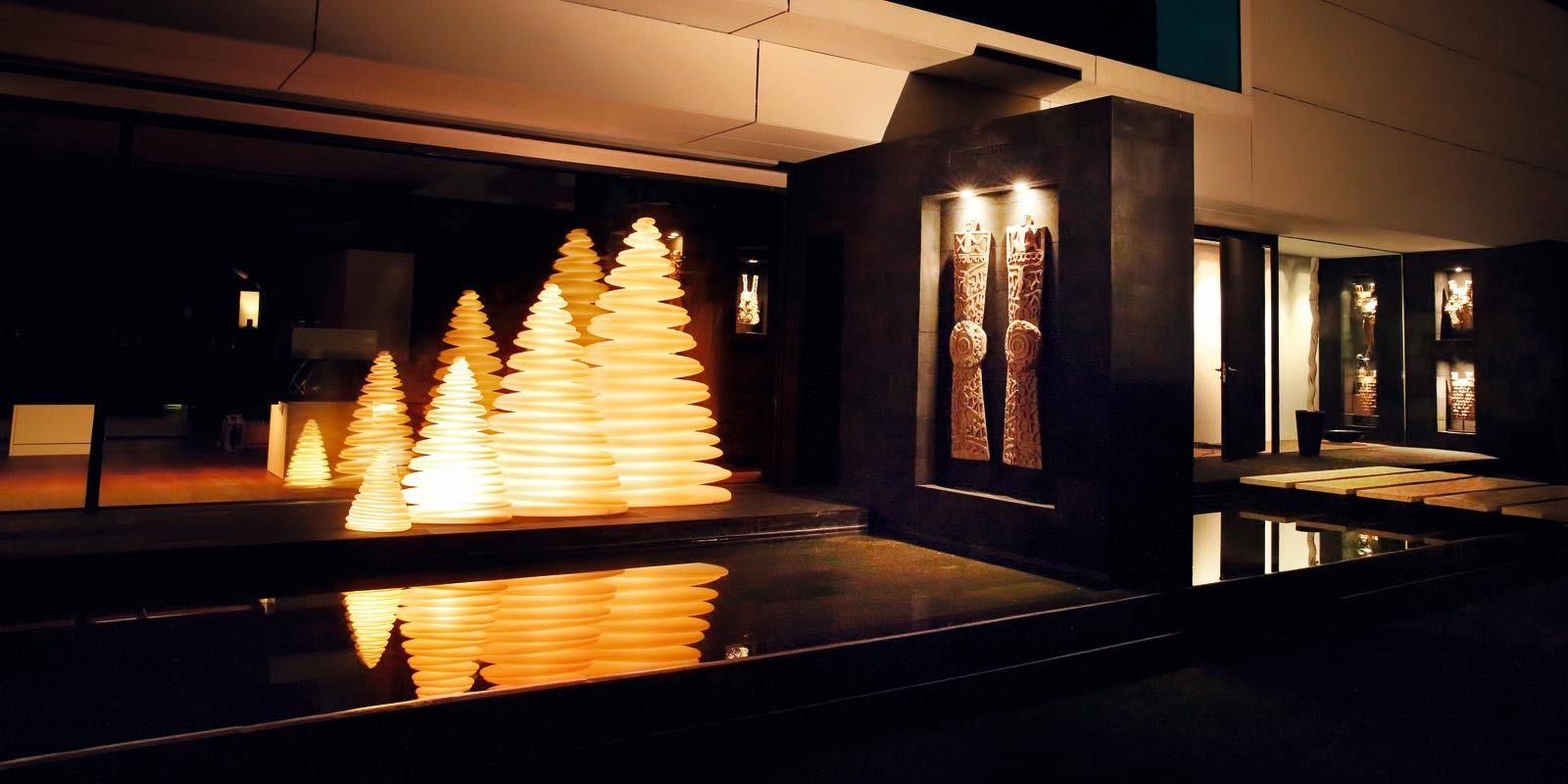 Die CHRISMY WEIHNACHTSBAUM Kollektion der Designerin Teresa Sapey schafft eine einhüllende Atmosphäre, die durch seine klassische und zeitlose Modernität begeistert und überzeugt.