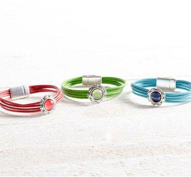 Anleitung für ein Armband mit Lederband, Slider, Glascabochons und Magnetverschluss.