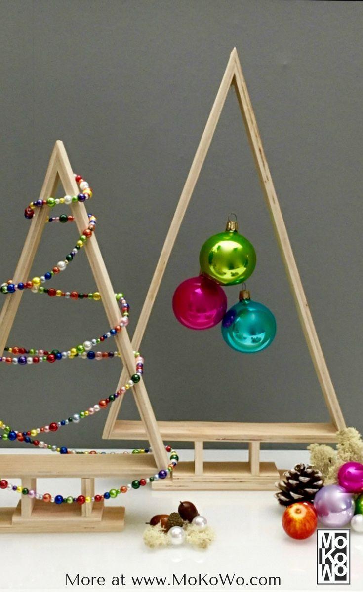 Eine tolle Weihnachtsdekoration gehört unbedingt zur Vorweihnachtszeit.   Mit Christbaumkugeln, Tannenzapfen, Kerzen und minimalistischen Design   lässt sich schnell und einfach eine tolle Dekoration an Weihnachten   schaffen.