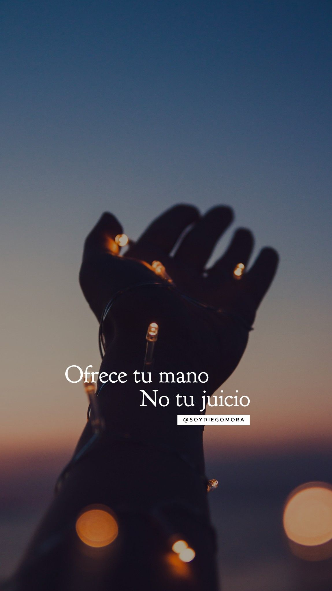 """Ayuda a quien te necesite, agradece el estar en el lugar del """"dar"""" y no del """"necesitar"""" No juzgues a otros por sus decisiones, sí estuvieras en su lugar hubieses hecho lo mismo #CumpleTuProposito #NuncaTeRindas @soyDiegoMora"""