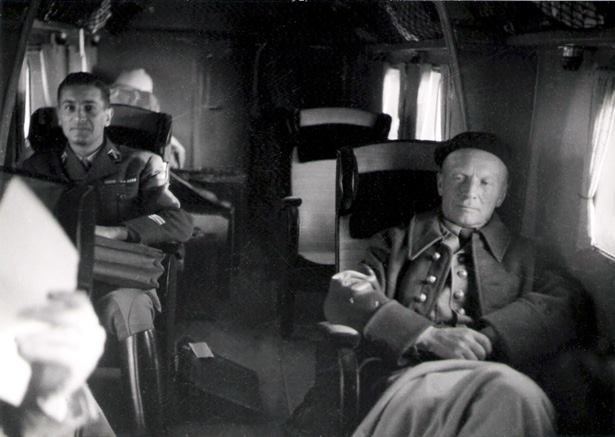 Una delle ultime immagini del generale Charles Huntziger a bordo del Potez 662. A sinistra il capitano de Royère che troverà la morte con lui nell'incidente del 12 novembre 1941 (Service Cinéma de l'Armée).