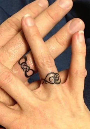 Tatuajes De Anillos Para Parejas De Compromiso En Los Dedos