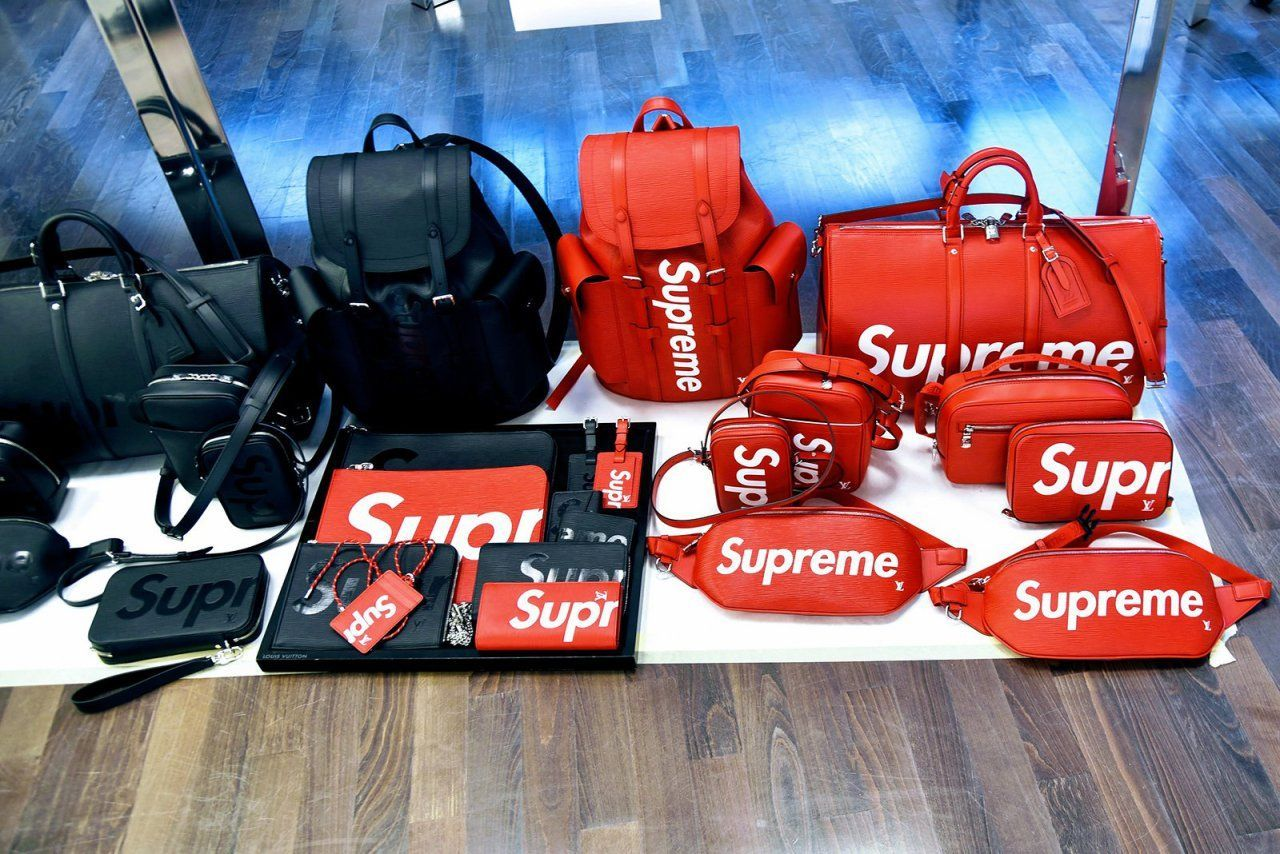 ... Louis Vuitton x Supreme Sac de voyage en cuir 26. Louis Vuitton x  Supreme Réplique Louis Vuitton Pas Cher X M54319 Suprême De La Chine Rouge  Sac Banane ... 71870cd0fc4