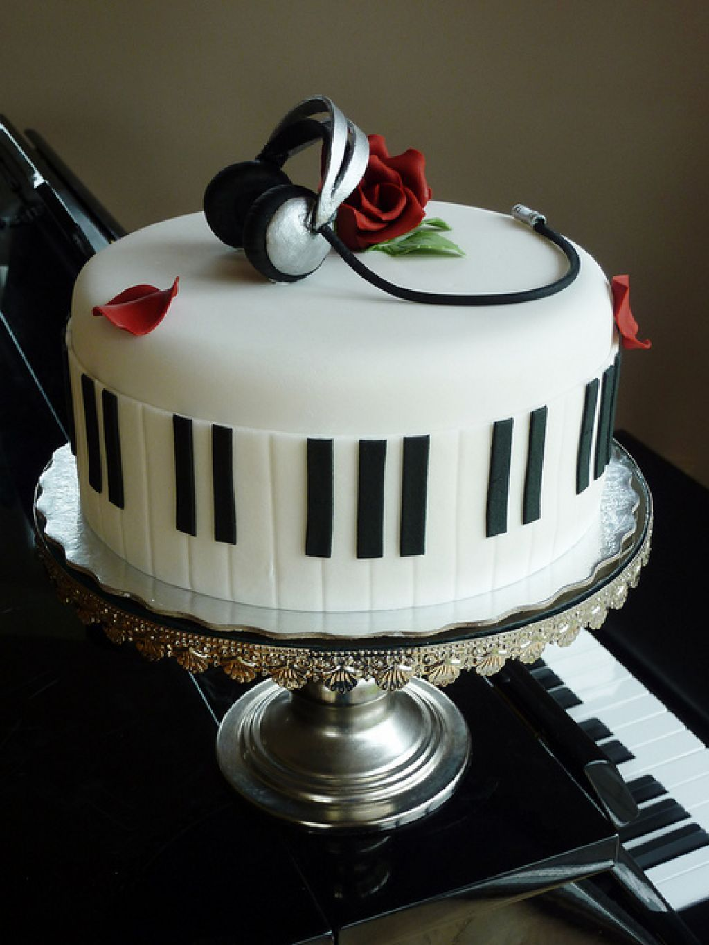 I want to get a cake like this Piano Cake Birthday Pinterest