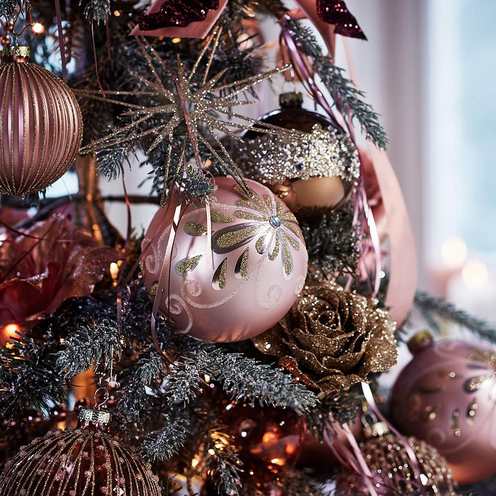 In Diesem Jahr Setzen Hubsch Verzierte Kugeln In Zartem Altrosa Den Tannenbaum Gekonnt In Szene Weihnachtsdeko Advent Christbaumschmuck Verzieren Altrosa