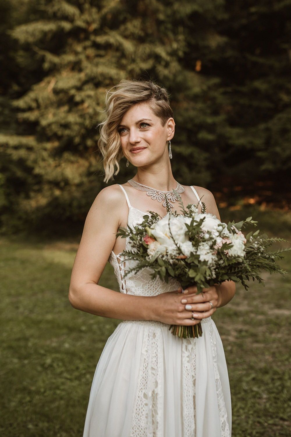 Nature Bridal Portait Short Hair Bridal Style Inspiration Forest Wedding Forest Inspired Wedding Bridal Style [ 1500 x 1000 Pixel ]