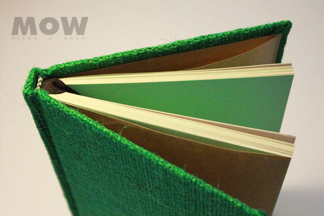 Pachamama Cuaderno MOW - 100 hojas papel reciclado, mezclado con papel bond color verde agua. Tapa forrada en yute teñido verde, hojas de guarda papel kraft, cinta separadora opaca color café moro.