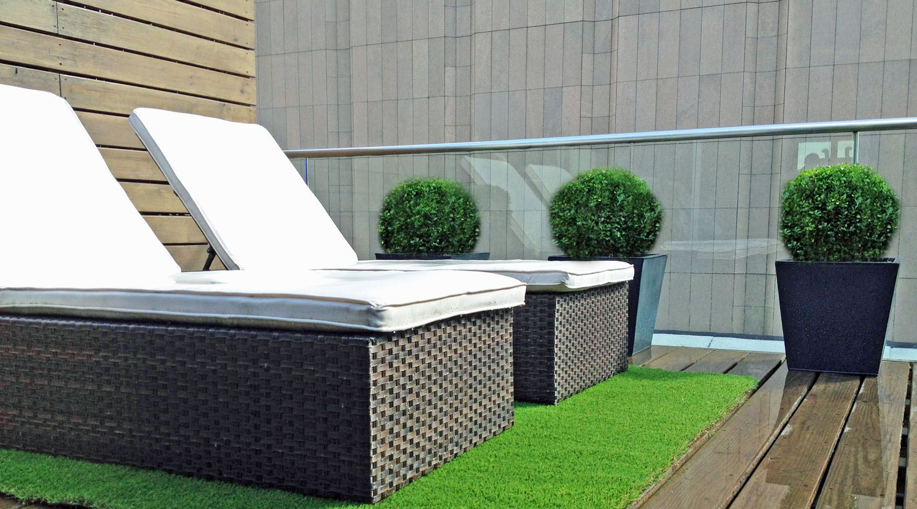Grass On A Roof Artifical Turf Has Come A Long Way And Looks Surprisingly Realistic These Days Rea Roof Garden Design Rooftop Terrace Design Terrace Design