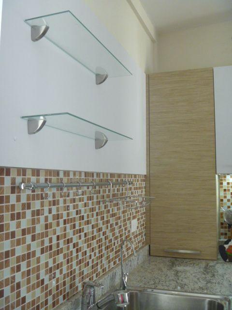 se trabaj con tope en granito blanco dallas y la pared con mdf laminado blanco y