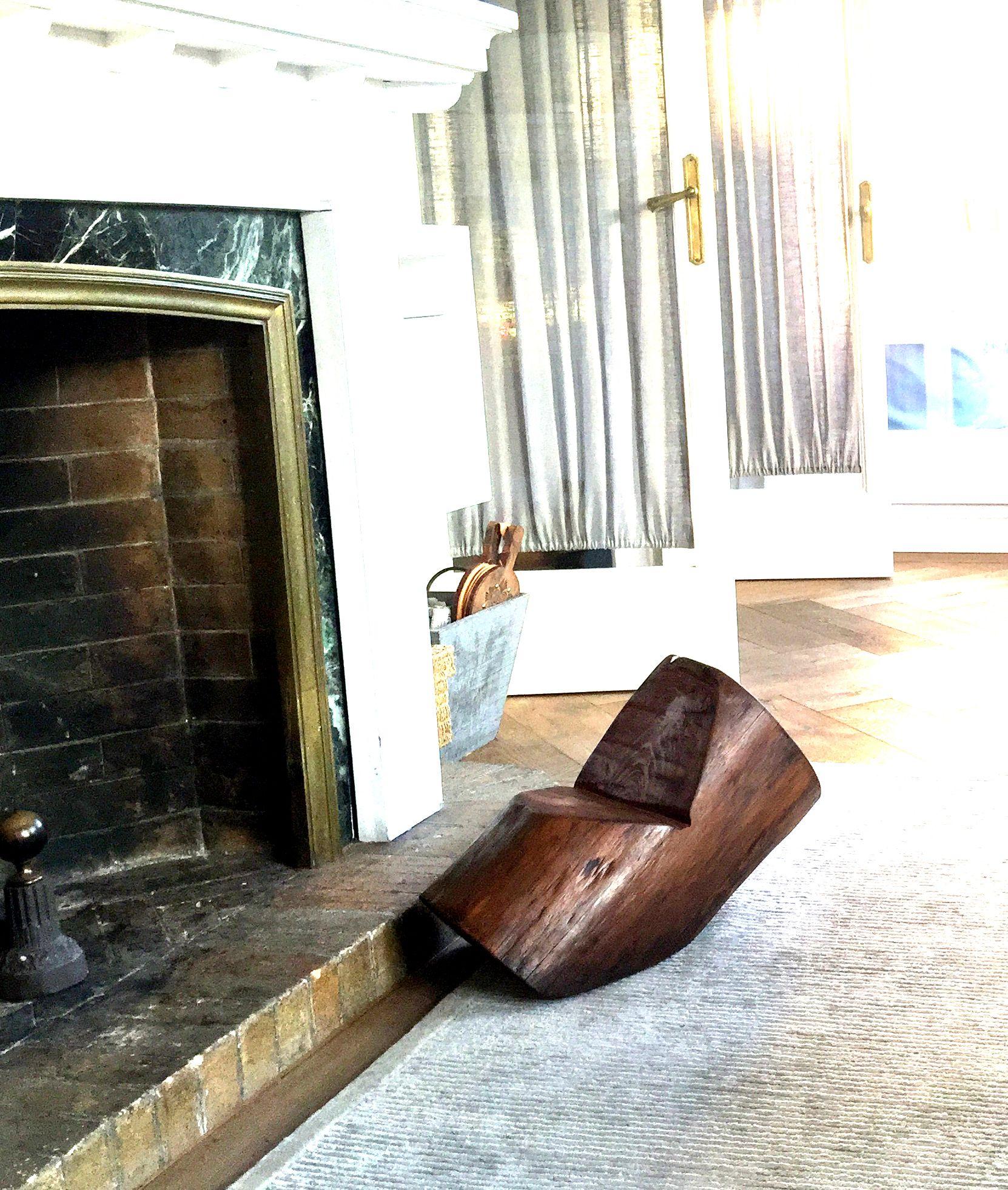 Una silla para estar cerca del fuego y fumar en pipa.