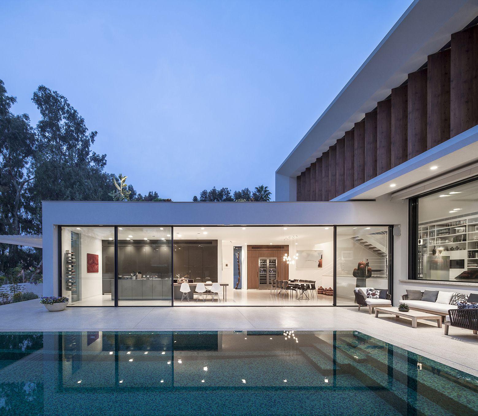Jolie maison contemporaine en l autour dune piscine en israël