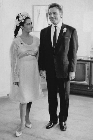Elizabeth Taylor And Richard Burton 1964 Celebrity Wedding Photos Celebrity Bride Celebrity Wedding Dresses