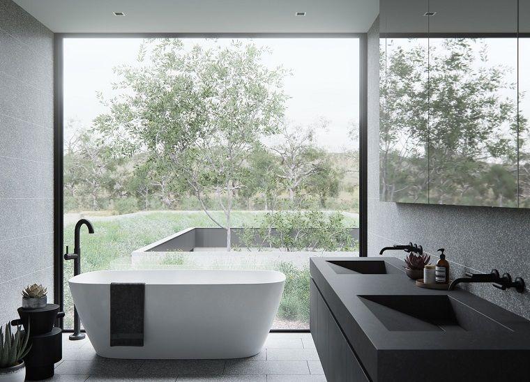 Idee per arredare casa bagno con vasca e vista sul giardino