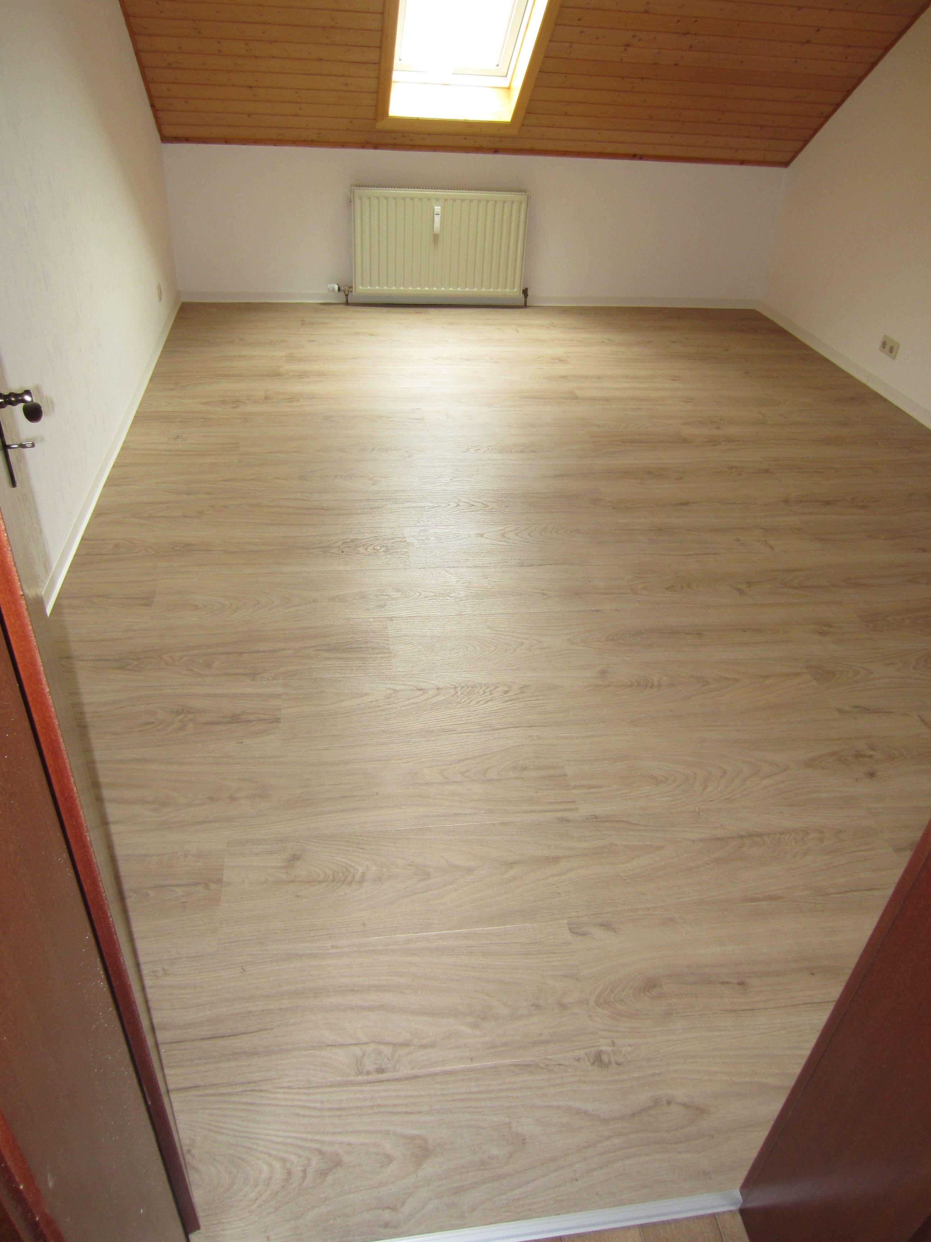 Heller und freundlicher Vinylboden in Landhausdielen Optik.